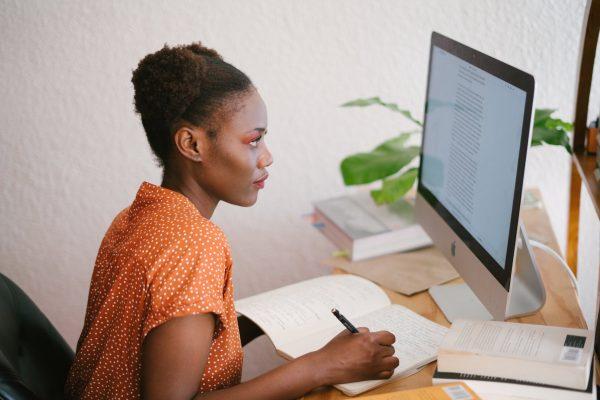 Digital Marketing Mauritius - Women reading screen